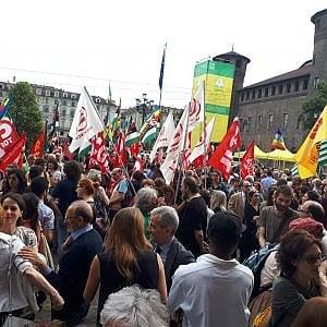 """Torino, """"Aprite i porti"""": mille in piazza alla manifestazone di protesta contro Salvini"""