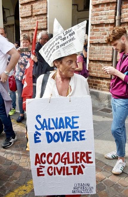 """Mille voci in piazza con Chiamparino per il presidio contro Salvini: """"Apri i porti"""""""