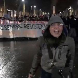 Torino, licenziata la maestra che aveva augurato la morte ai poliziotti durante un corteo