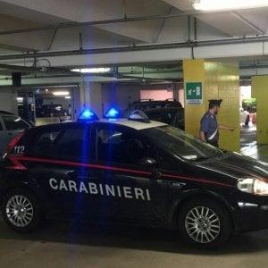 Bimbo di sei mesi resta imprigionato nell'auto che si chiude per errore. Salvato dai carabinieri