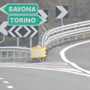 Camion con cavalli si rovescia sulla Torino-Savona: quattro animali morti
