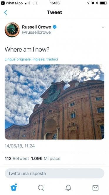 Russell Crowe turista a Torino, il selfie con il direttore dell'Egizio