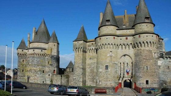 Imprenditore cade dal castello di Vitrè e muore
