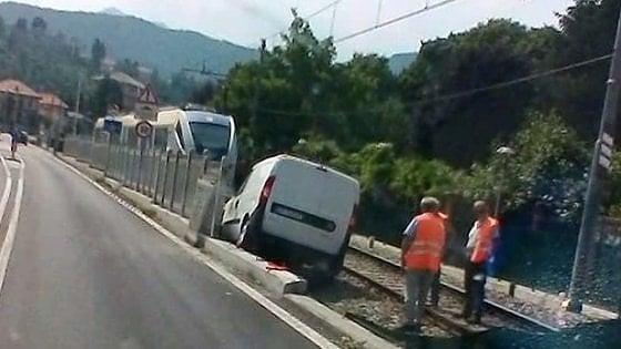 Furgone esce di strada e finisce sui binari, interrotta la ferrovia Torino-Ceres