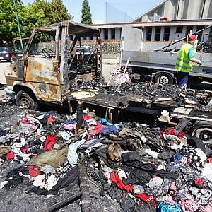 Torino, ipotesi di strage per l'incendio di un camper dove vivevano sette rom