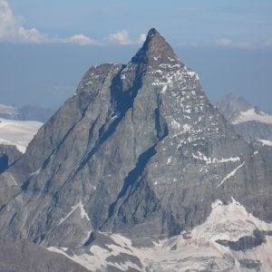 Alpinista precipita e muore mentre sta scalando il Cervino per la via normale