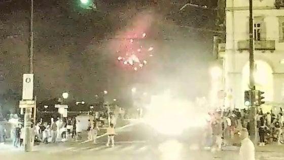 Torino, a San Giovanni gli irriducibili dei fuochi artificia