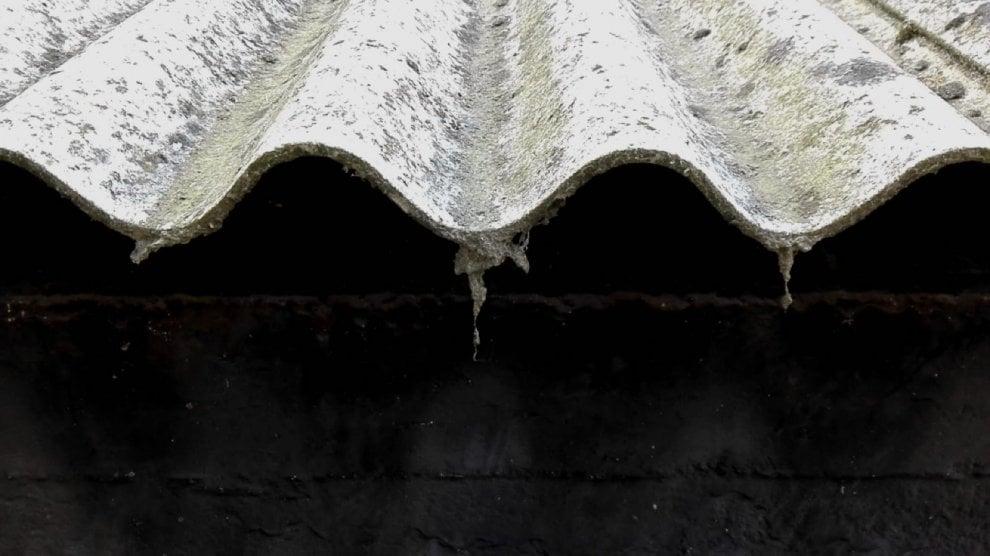 Torino, allarme amianto tra le case per una gigantesca tettoia che si sgretola
