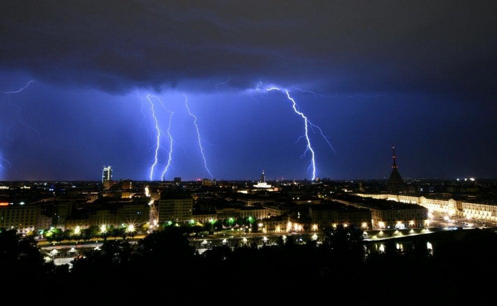Lampi nel cielo e sulle case: lo spettacolo dei fulmini nella notte di Torino