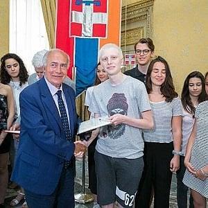 Alessandria, un'intera classe si vaccina per aiutare il compagno che lotta contro un tumore osseo