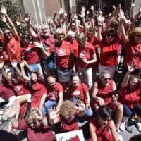 Torino, flash mob con le magliette rosse per l'accoglienza ai migranti