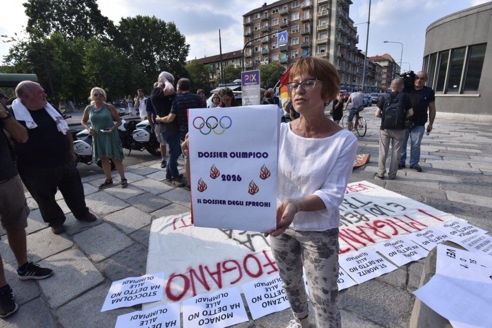 """In piazza gli """"irriducibili"""" No Giochi: bruciano il dossier olimpico davanti allo stadio"""