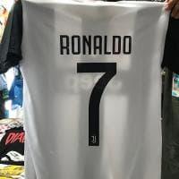 L'arrivo di Cristiano Ronaldo alla Juve è questione di ore: ma a Cattolica si vendono già le magliette (false) di Cr7