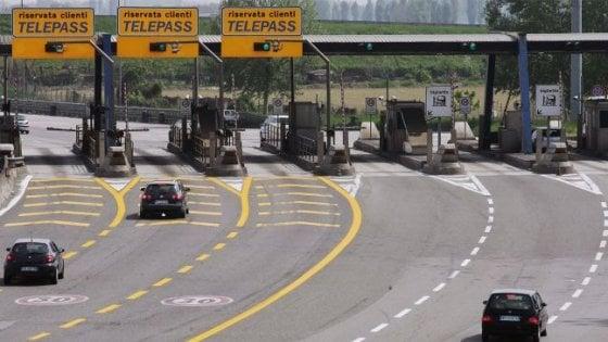 Beinasco, contromano in autostrada per non pagare il pedaggio: addio alla patente appena presa