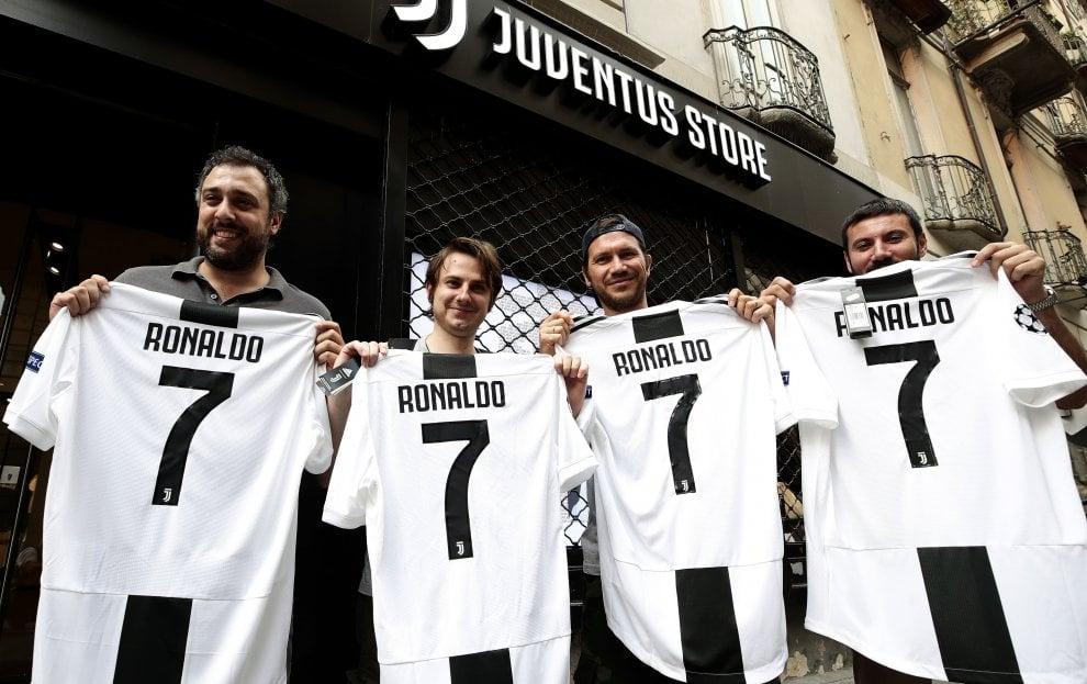 """Torino, 150 euro a pezzo: la maglia """"originale"""" di Ronaldo va già a ruba in negozio e sul web"""