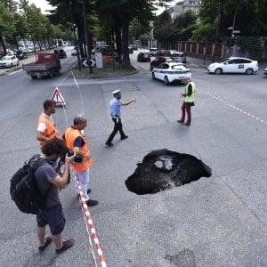 Torino: effetto piogge, si apre una voragine in corso Appio Claudio