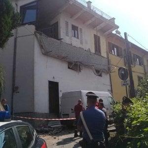 Crolla un balcone, due operai investiti dalle macerie a Trana