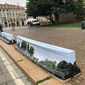Torino, dopo oltre un anno decorate le barriere antiterrorismo in piazza Castello
