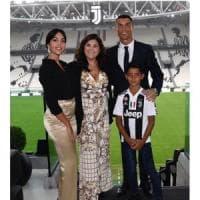 """Torino, Ronaldo già di casa allo Stadium fa la foto di famiglia e twitta: """"Beato"""""""