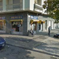 Borgo Vittoria, preso a bottigliate e gettato fuori dalla vetrina del locale: