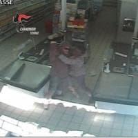 Torino,  arrestato il bandito del supermercato: un migrante salvò la cassiera