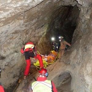 Cuneo: escursionista precipita in una grotta, speleologi in azione per riportarlo in superficie
