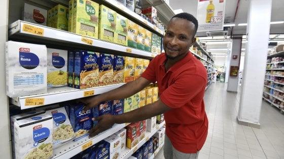 """Torino, primo giorno da commesso per il """"profugo eroe"""" che ha sventato la rapina al supermercato"""