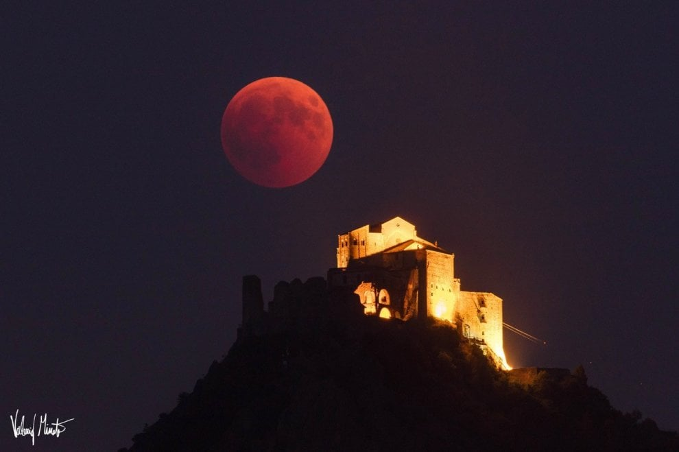 Dalla Sacra alla Mole, le immagini mozzafiato dell'eclissi di luna su Torino