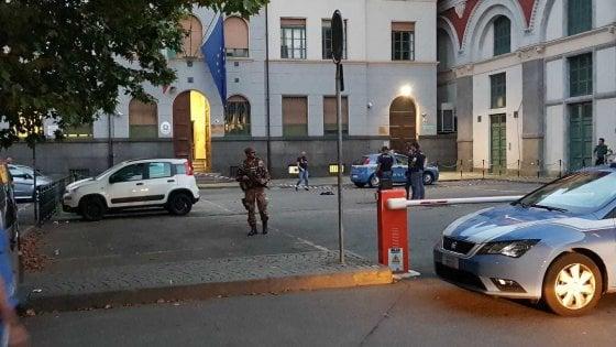 torino, immigrato aggredisce un poliziotto e il collega gli spara: due feriti a porta nuova - la repubblica
