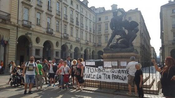 """Torino, i dipendenti Tundo protestano in municipio: """"Da cinque mesi senza stipendio"""""""
