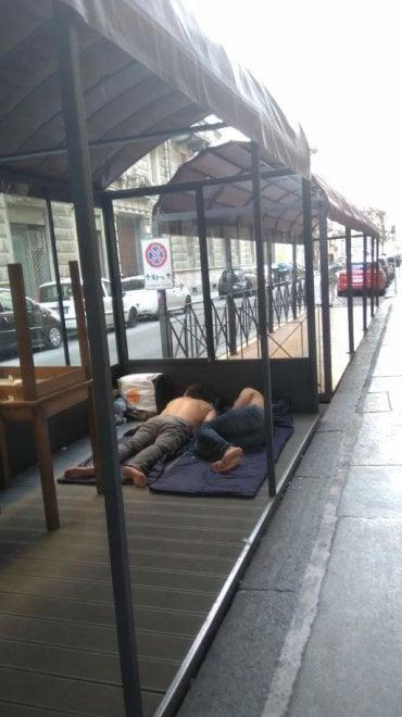Torino, fa caldo: i senza dimora dormono nei dehors