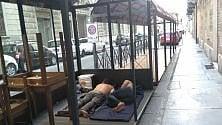 Fa caldo: i senza dimora dormono nei dehors
