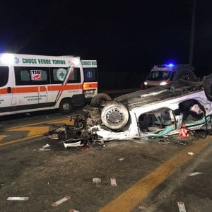 Torino: auto finisce contro un muro e lo abbatte, gravissima una giovane di 25 anni