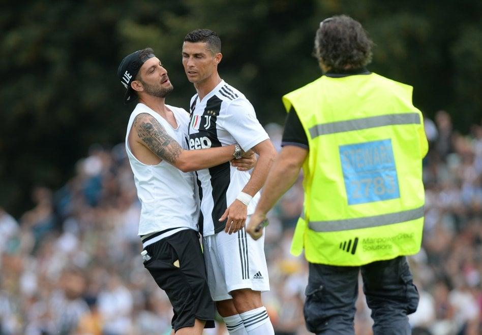 """Il supertifoso """"cattura"""" Ronaldo per un  selfie, vigilantes sorpresi"""