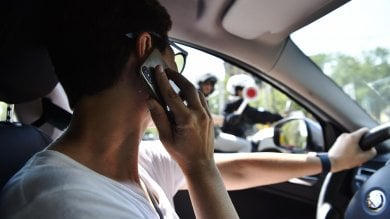 """La ricetta di Torino per chi telefona  alla guida: """"Via lo smartphone un mese"""""""