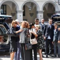 """Pinerolo, il vescovo celebra i funerali della famiglia distrutta a Genova: """"Proviamo..."""