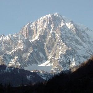 Monte Bianco dal 2019 in vetta con il permesso: solo 200 alpinisti al giorno potranno scalarlo