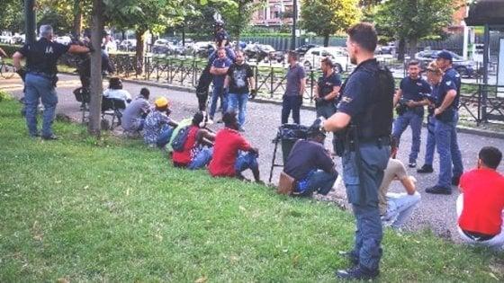"""Torino, droga in cambio dei vestiti al parco del Valentino: il """"cliente"""" rimane a torso nudo"""