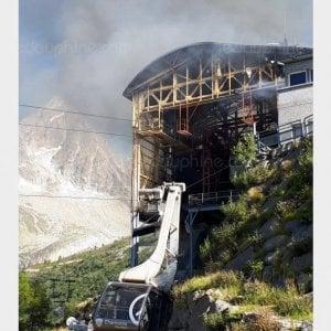 """Monte Bianco, in fiamme la telecabina sul versante francese: gli """"ovetti"""" precipitano, lavoratori evacuati in elicottero"""