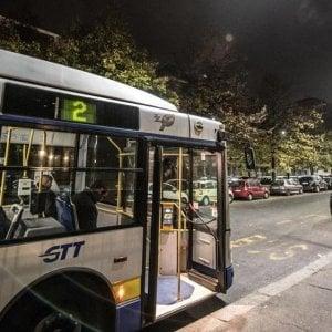 Torino, minaccia l'autista del bus e morde a sangue la mano di una donna