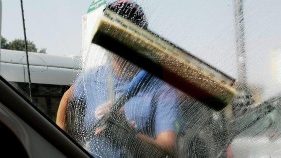 Lavavetri, scatta il sequestro di spazzole e guadagni: via a