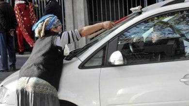 """Spazzole e soldi sequestrati ai lavavetri: via al """"modello Torino"""" dopo il flop dei divieti"""