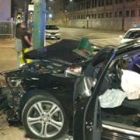 Auto si schianta a forte velocità contro un semaforo in corso Novara. Il
