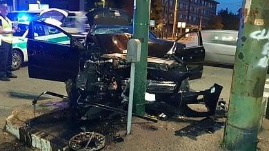 Auto si schianta a forte velocità contro un semaforo in corso Novara. Il conducente fugge dall'ospedale