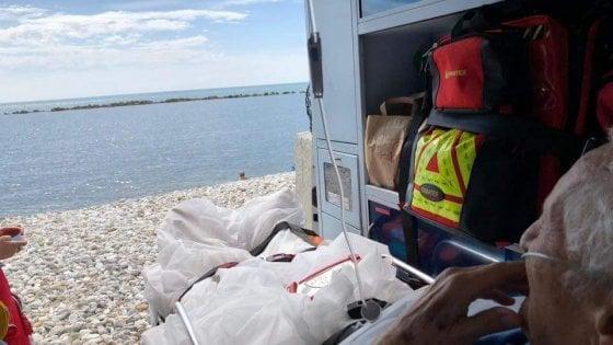"""""""Voglio vedere il mare per l'ultima volta"""": l'ambulanza si ferma sulla spiagga per esaudire il suo desiderio"""