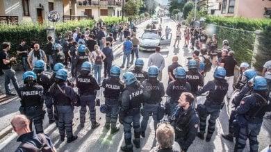 Migranti, tensione al confine tra Italia e Francia: gli anarchici danneggiano il campo da golf di Claviére