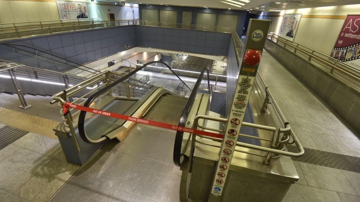 Torino Studente Universitario Cade Dalle Scale Mobili Del Metro E