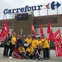 Mattinata di protesta per i lavoratori di Carrefour a Trofarello