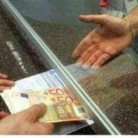 Ivrea, badante tenta di portare via 100 mila euro all'anziano che assisteva