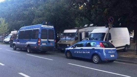 """Corso Corsica, smantellato dalla polizia il """"campo nomadi"""" fatto di camper posteggiati"""